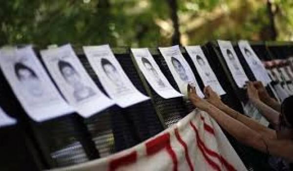 43 étudiants, des élèves-enseignants de l'école normale d'Ayotzinapa, ont disparu après une attaque conjointe de policiers et de membres du crime organisé