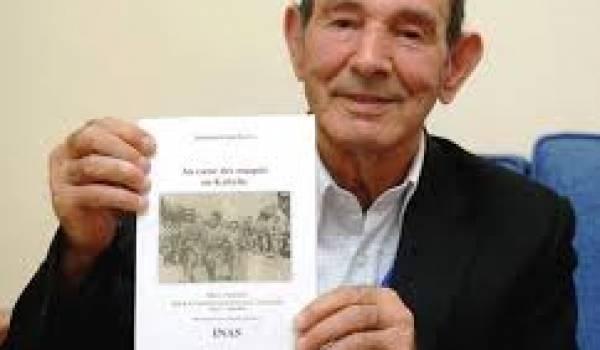Yaha Abdelhafid montrant le premier tome de ses Mémoires parus en 2012.