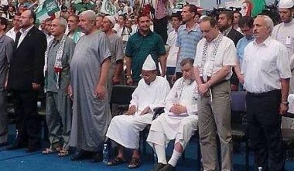 """Hamadache et Ali Benhadj qui  refusent de se mettre debout pour écouter """"Kassamen"""", l'hymne national."""