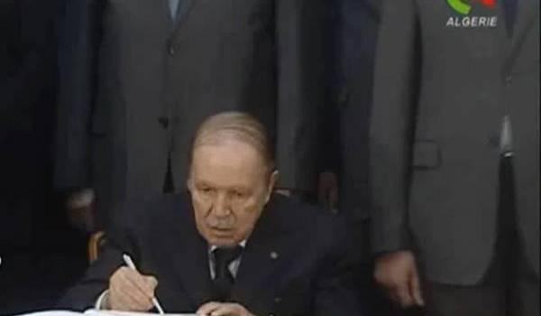 Bouteflika en train de signer la loi de finances 2014.