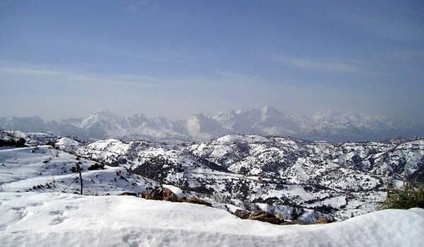 La neige a couvert les hauteurs.