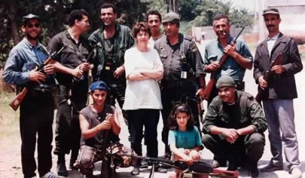 Mohamed Sellami à droite sur la photo, fumant a une cigarette.