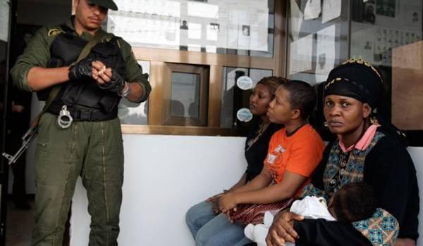 Des Nigériennes contrôlées par un gendarme.