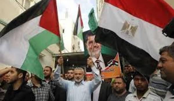 Le chef du Hamas brandissant les drapeaux palestinien et égyptien du temps de la lune de miel.