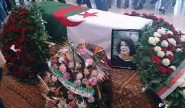 Le cercueil de l'immense Assia Djebar enterrée chez elle à Cherchell.