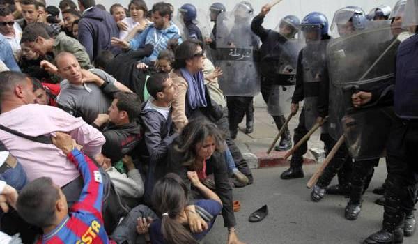 Etudiants et forces de la répression souvent face à face en Algérie.