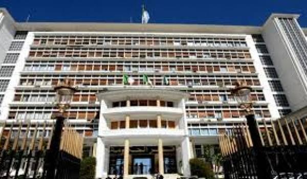 Un locataire étranger du palais du gouvernement ira avec la politique de tout importation du pouvoir.