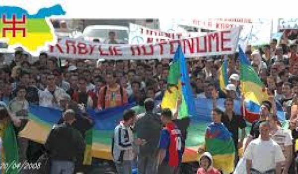 Des militants manifestent pour l'autonomie de la Kabylie