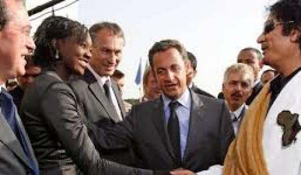 Mouammar Kadhafi lors de sa visite à Paris. Son hôte Sarkozy est soupçonné d'avoir reçu de l'argent libyen.
