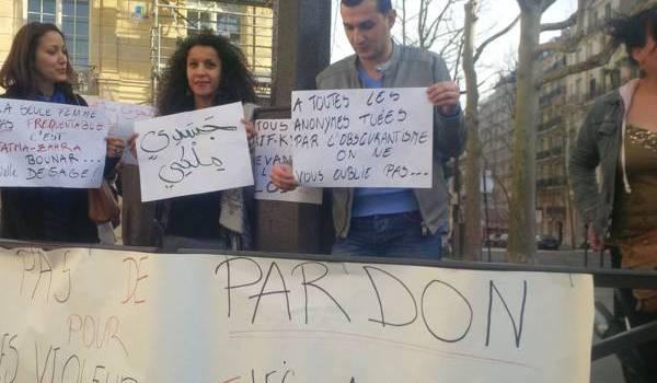 Sit-in de jeunes Algériens devant l'ambassade à Paris
