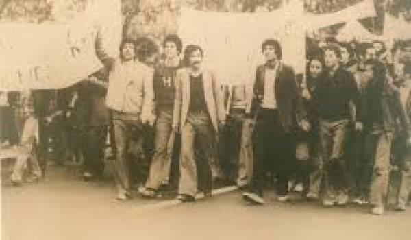 Avril 1980, Ferhat Mehenni à la tête de la marche en compagnie d'autres figures du MCB.