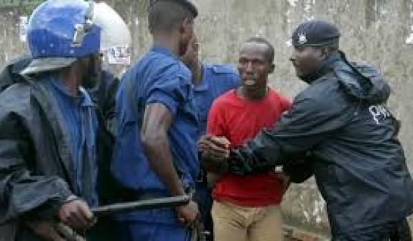 Le gouvernement réprime les manifestants.
