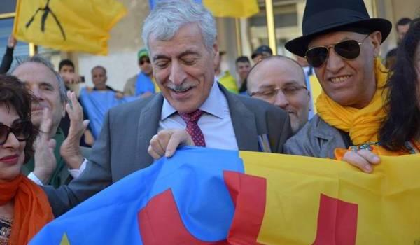 Ferhat Mehenni au milieu des militants de son mouvement.