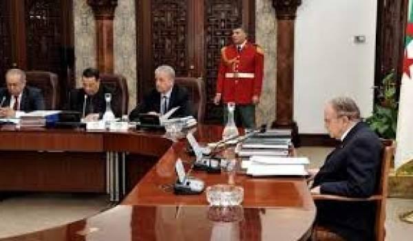 Abdelaziz Bouteflika en conseil des ministres.