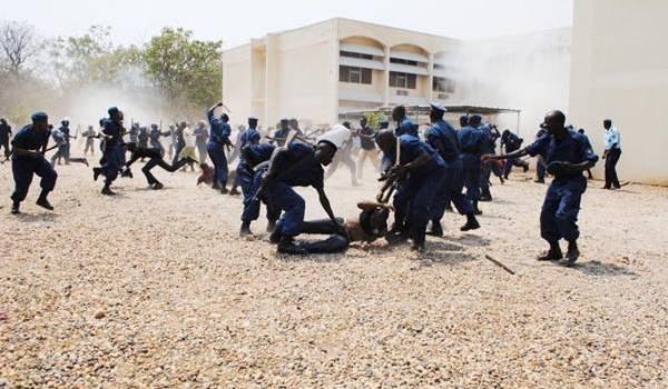 La police burundaise réprime une manifestation d'étudiants.
