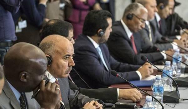 Les groupes de négociateurs libyens au cours de leur rencontre à Alger.