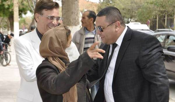Le maire de Batna, lors de la distribution des couffins de solidarité.