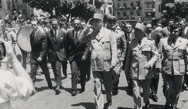 De Gaulle avec les militaires qui tiennent le pouvoir à Alger.