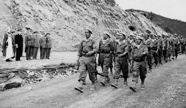 Des dizaines de milliers de harkis étaient engagés au côté de l'armée française.