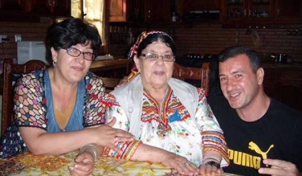 Malik Madjnoun avec Malika Matoub et sa mère Na Aldjia, soeur et mère de Lounès Matoub.