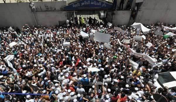 Les Mozabites ont organisé un rassemblement devant la maison de la presse à Alger mercredi.
