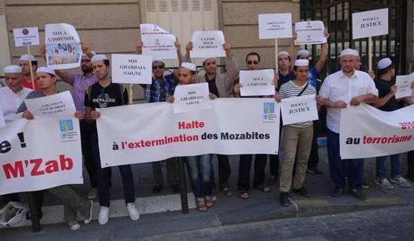 Sit-in devant l'ambassade d'Algérie à Paris.