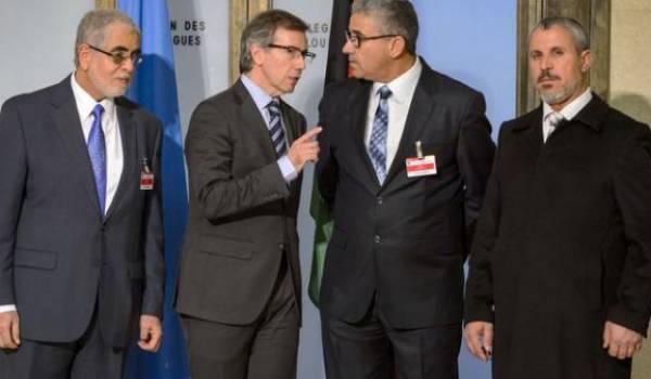 L'envoyé spécial des Nations Unies Bernardino Leon (2è à g) et Fathi Bashagha (2è à d) le 14 janvier 2015 à Genève