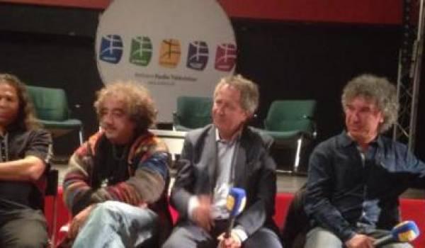 Mohamed Saadi entouré de quelques artistes qui prendront part au Fimba