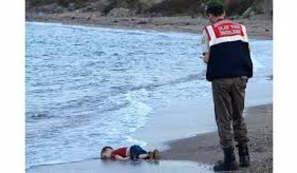 Aylan Kurdi mort sur une plage d'une Europe fermée aux drames de la guerre.
