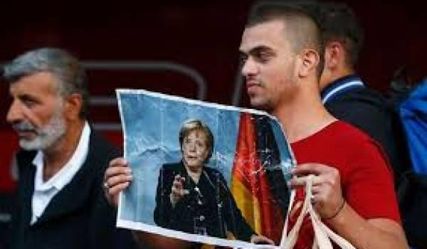 Des réfugiés qui rendent hommage à Angela Merkel.