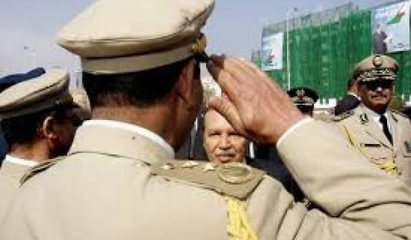 Remue-ménage étrange à la tête du pouvoir. Ici Bouteflika saluant des officiers supérieurs.