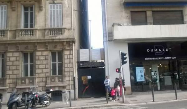 La hideuse entrée du consulat d'Algérie à Marseille. Un panneau de travaux orne la porte depuis...2007.
