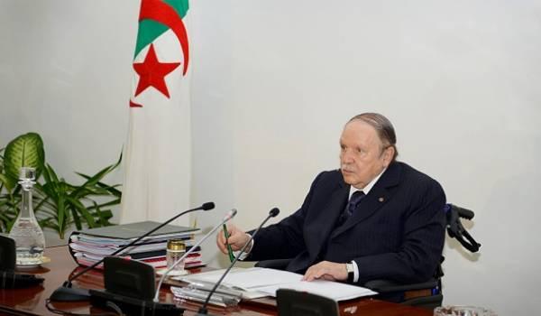 Bouteflika garde le contrôle total sur la rédaction et la publication de la nouvelle constitution.