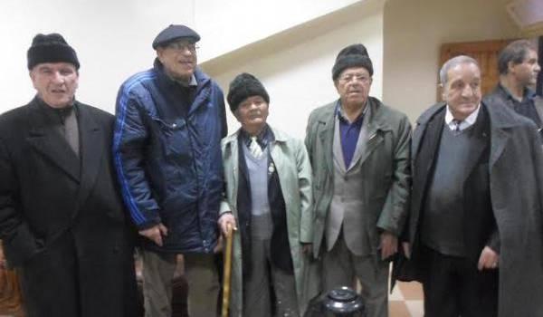 Hadj Lakhdar, Tahar Zbiri et d'anciens moudjahidine.