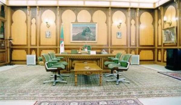 Devant l'incapacité de Bouteflika à gouverner, un pouvoir occulte semble avoir pris le pouvoir.