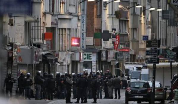 Des policiers encerclent un groupe d'hommes retranchés dans un appartement à Saint Denis