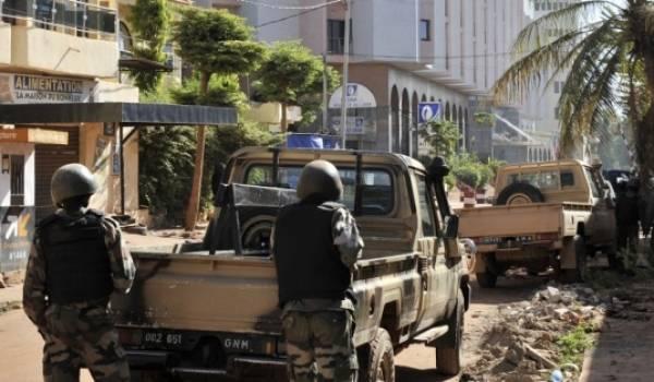 Les forces spéciales maliennes,  françaises et américaines encerclent les terroristes.