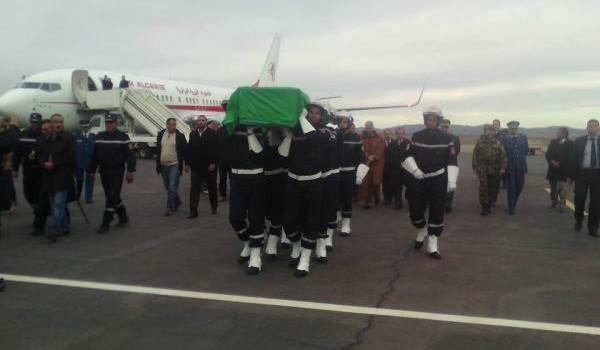 La dépouille de Djalal-Edine Sebâa à son arrivée à l'aéroport de Batna.