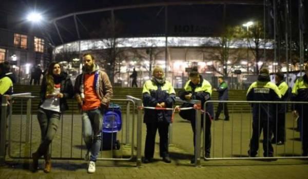 Le match a été annulé et le stade évacué.