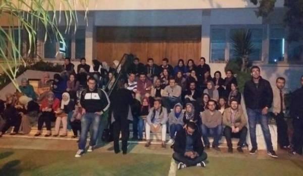 Des étudiants qui protestent contre l'annulation du concours de résidanat à Oran.