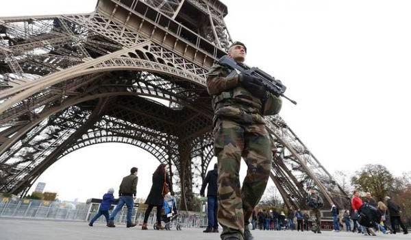 Paris cherche la parade pour faire face au terrorisme qui s'est invité chez lui.