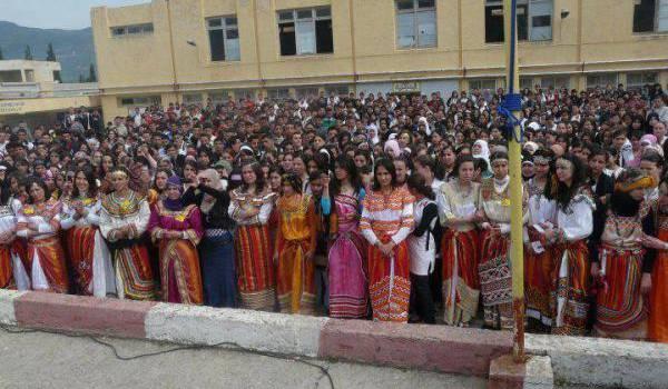 Manifestations de femmes kabyles suite à l'interdiction décidée par un directeur aux filles de porter leur robe kabyle.