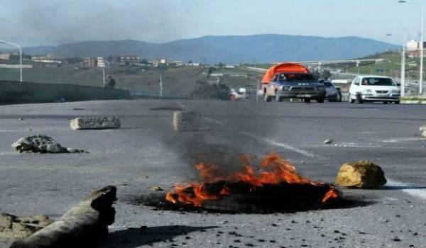 Les routes de plusieurs axes routiers menant à Batna sont coupées.