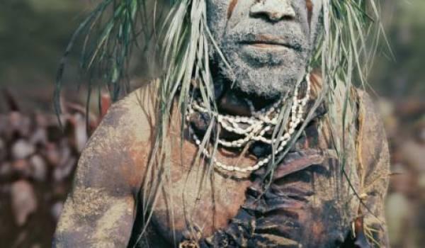 De nombreuses cultures et langues anciennes sont vouées à la disparition rapide. Ici un Papoue.