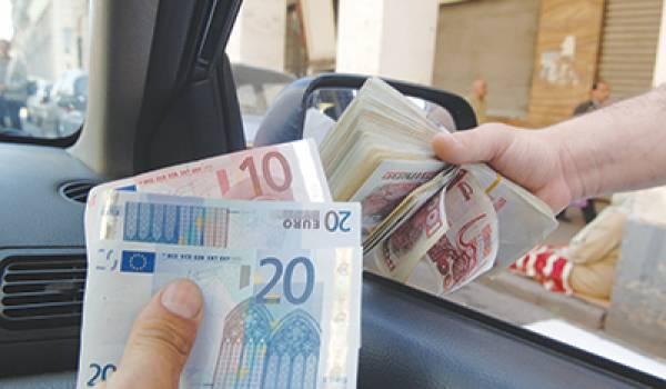 L'euro flambe sur les places du marché noir.