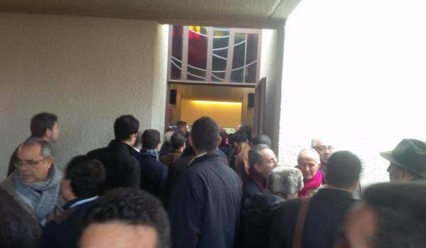 Au centre funéraire de Lausanne aujourd'hui, les gens attendent de se recueillir devant la dépouille d'Aït Ahmed.