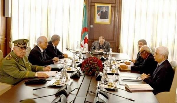 Le conseil restreint présidé par Bouteflika.