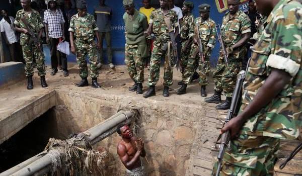 L'armée réprime et tue sans pitié les opposants au pouvoir.