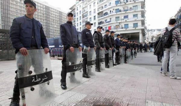 Une escouade de policiers a empêché les syndicaliste et militants des droits de l'homme de se réunir à Alger.