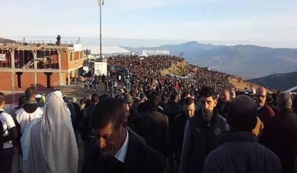 Une foule nombreuse attend le défunt. Photo FFS